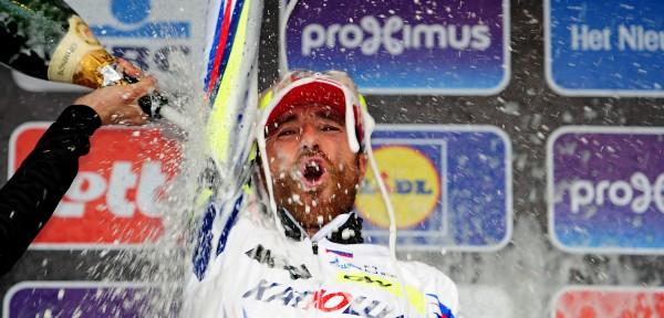 Paolini krijgt een champagne-douche na zijn zege - foto: Sirotti