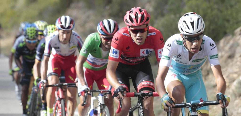 Tom Dumoulin in de rode leiderstrui tijdens de Ronde van Spanje - foto: Sirotti