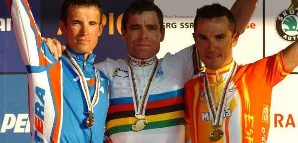 Op het podium na het WK 2010. Kolobnev, Cadel Evans en Joaquim Rodriguez - Foto: Sirotti