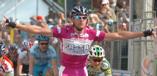 Een van zijn negen ritzeges in de Giro van 2004- Foto: Sirotti