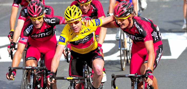 Evans met zijn ploeggenoten op de Champs Elyesees - Foto: Sirotti