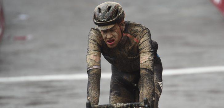 Alleen vloeibaar voedsel voor Stefan Küng na kaakbreuk in Roubaix